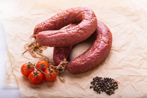 Koncepcja żywności-tradycyjna kiełbasa z mięsa końskiego kazachskiego z pomidorem i papryką.