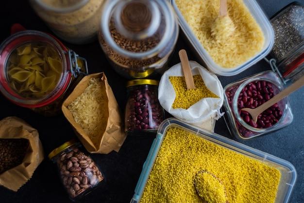 Koncepcja żywności z asortymentem produktów przetrwania w postaci gryki, ryżu, fasoli, makaronu i nasion