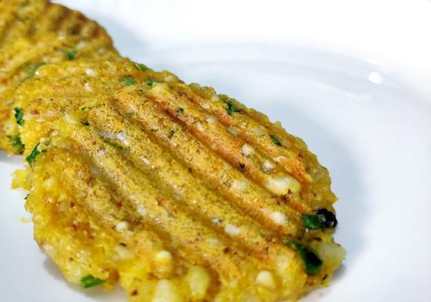 Koncepcja żywności zdrowej diety. smaczny kotlet warzywny z ziemniaków, sabudany, sago i chleba z sosem