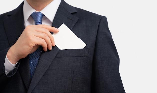 Koncepcje biznesowe. biznesmen pokazuje pustą wizytówkę odizolowywającą na białym tle.