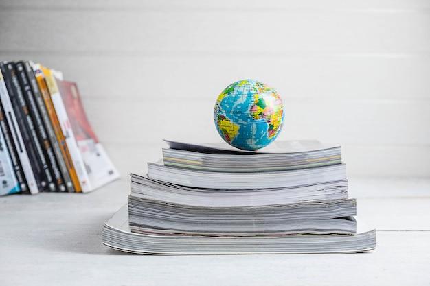 Koncepcje edukacyjne książki i globusy