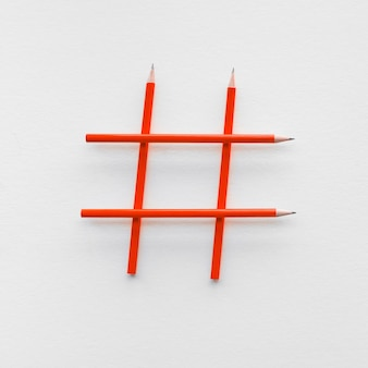 Koncepcje mediów społecznościowych i kreatywności ze znakiem hashtag wykonanym z ołówka. cyfrowe obrazy marketingowe. siła konwersacji.