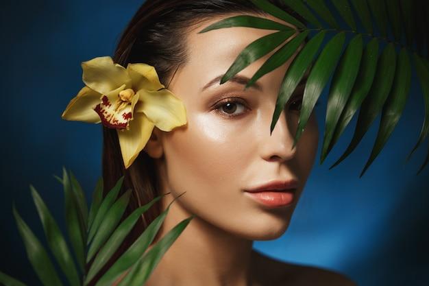 Koncepcje naturalnego piękna. piękna kobieta z roślinami.
