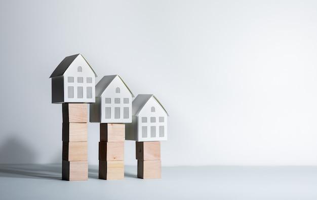 Koncepcje nieruchomości z modelowym domem na drewnianym pudełku