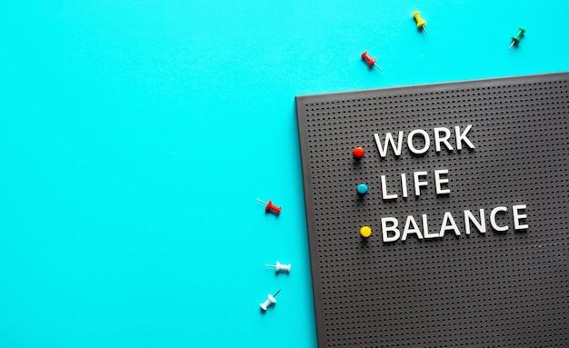 Koncepcje równowagi między życiem zawodowym i prywatnym z tekstem na kolorowym stole na biurku. pozytywne emocje do sukcesu. zdrowe ciało. zarządzanie przedsiębiorstwem