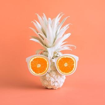 Koncepcje wakacji letnich z egzotycznym ananasem i okularami przeciwsłonecznymi