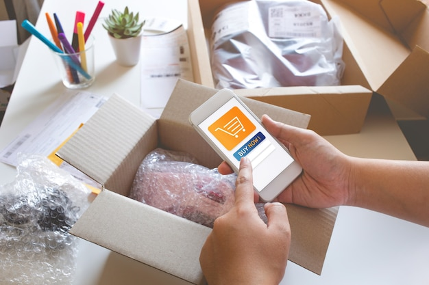 Koncepcje zakupów online z młodą kobietą kupującą produkt z aplikacją.