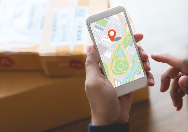 Koncepcje zakupów online z młodą osobą za pomocą mapy na smartfonie