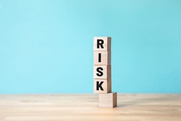 Koncepcje zarządzania ryzykiem i biznesem z tekstem na drewnianym pudełku