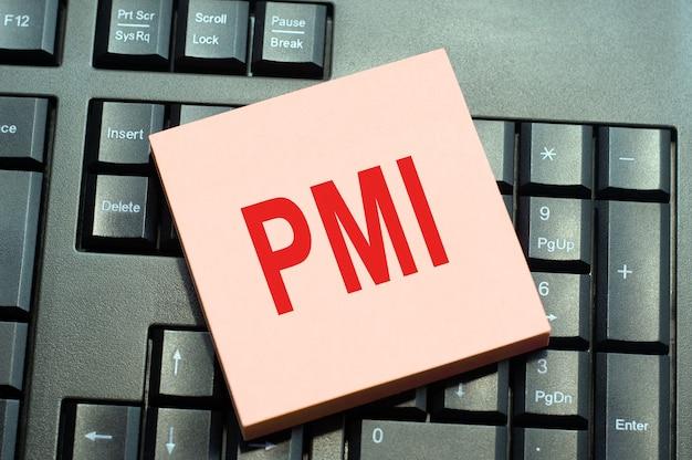Koncepcyjna ręka pisząca inspirację podpisem tekstowym pokazująca pmi