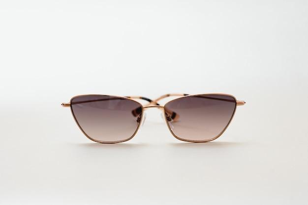 Koncepcyjne eleganckie okulary przeciwsłoneczne na białym tle. okulary przeciwsłoneczne letnie akcesoria jako element projektu banera promocyjnego lub reklamowego. wysokiej jakości zdjęcieokulary przeciwsłoneczne na białym tle