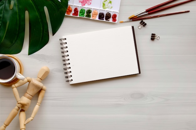Koncepcyjne obraz artysty projektant graficzny pracy biały stół.