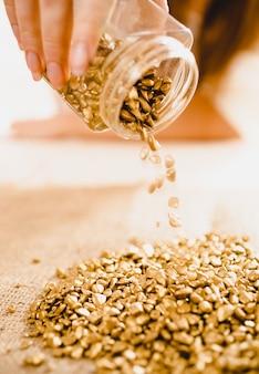 Koncepcyjne zdjęcie dłoni przewracającej złoto ze złotymi samorodkami