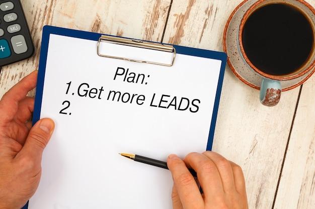 Koncepcyjny manuskrypt przedstawiający plan: zdobądź więcej potencjalnych klientów. wyjaśnij swoje pomysły, skoncentruj się na wysiłkach i mądrze wykorzystaj swój czas.