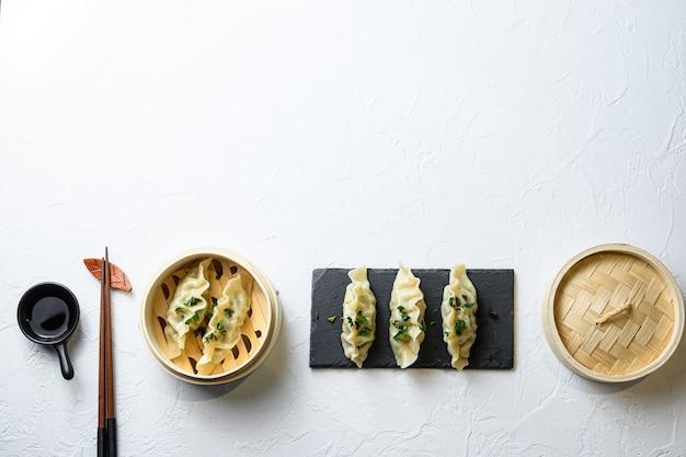 Koncept chińskie przekąski chińskie knedle na parze japońska gyoza lub pierogi