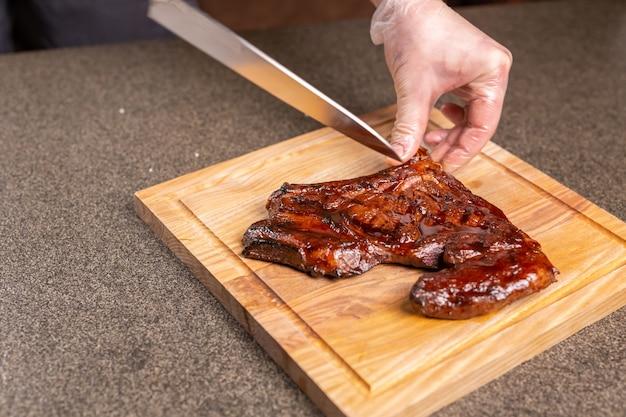 Koncept kulinarny, smaczny i rzemieślniczy - serwowanie grillowanego steku mięsnego