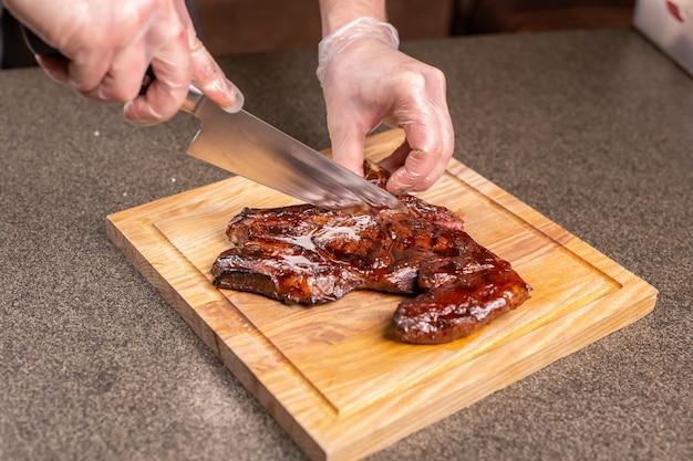Koncept kulinarny, smaczny i rzemieślniczy - serwowanie grillowanego steku.