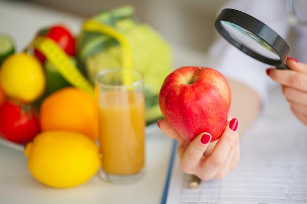 Konceptualna fotografia żeński nutritionist z owoc