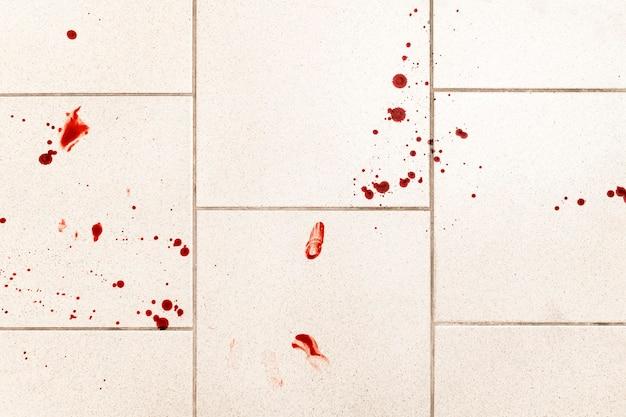 Konceptualne tło przemocy, na którym widać krople krwi i rozpryski, jest przerażające i brudne.