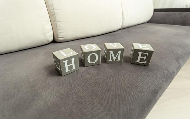 """Konceptualne Zdjęcie Słowa """"dom"""" Zapisanego Przez Drewniane Cegły Premium Zdjęcia"""