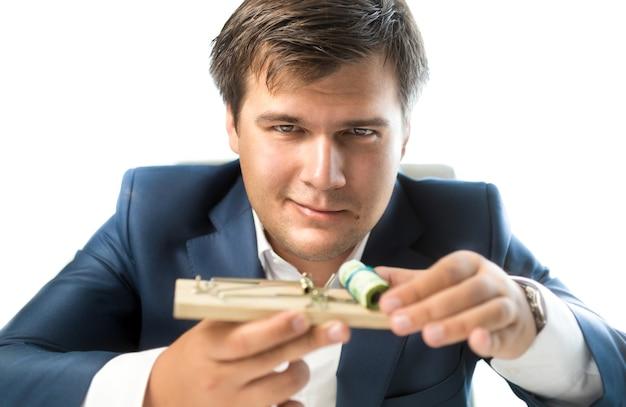 Konceptualny bankier oferujący ryzykowne inwestycje. mężczyzna trzymający pułapkę na myszy z pieniędzmi