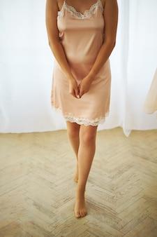 Konceptualny ślub, ranek panna młoda w europejskim stylu. sukienka boudoir