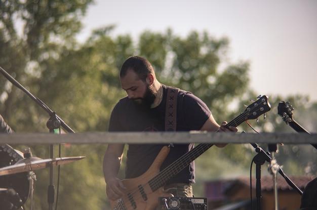 Koncert basisty na żywo o zachodzie słońca