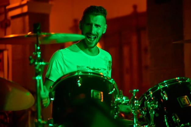 Koncert na żywo perkusista w nocy