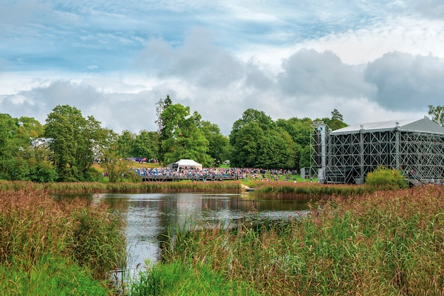 Koncert pod gołym niebem festiwal plenerowy w parku