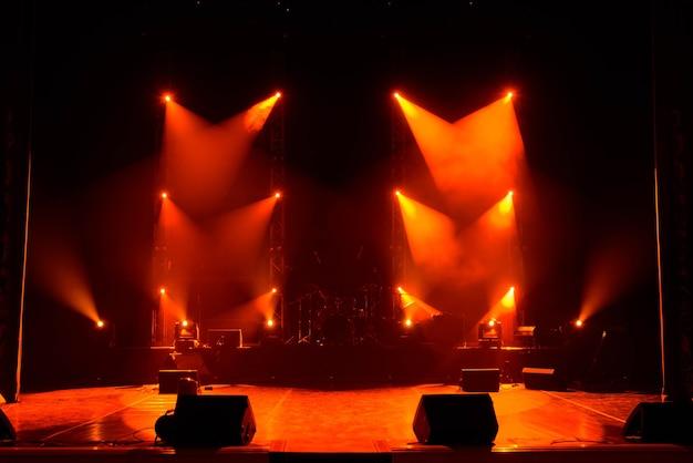 Koncertowy pokaz świetlny, kolorowe światła na scenie koncertowej