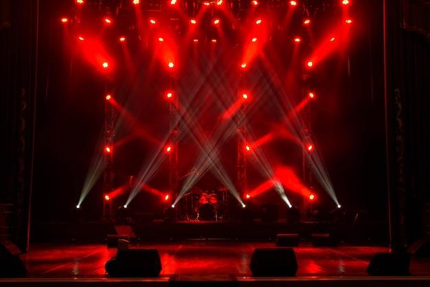 Koncertowy pokaz świetlny, światła sceniczne, kolorowe światła sceniczne, pokaz świateł na koncercie.