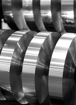 Końcowe zwoje z folii aluminiowej po cięciu, zdjęcie czarno-białe