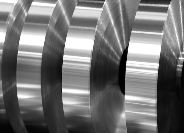 Końcowe zwoje z folii aluminiowej po rozcięciu na osi maszyny, czarno-białe zdjęcie