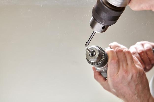 Końcówka do wiercenia otworów w szkle mocowana jest w uchwycie wiertarki elektrycznej.