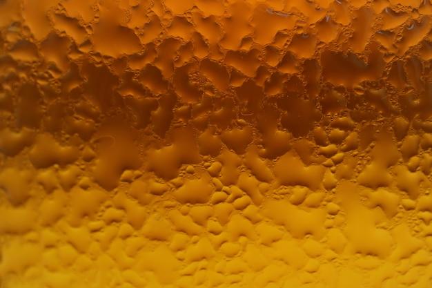 Kondensacja na szklanej butelce o gradacji bursztynowej i złotej