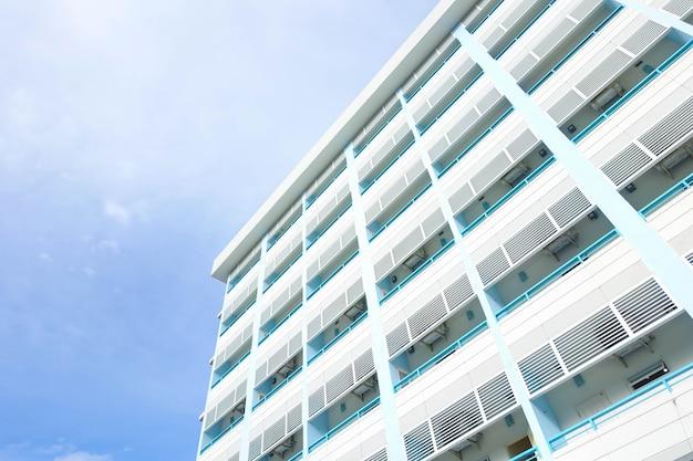 Kondominium budynku i niebieskiego nieba tło