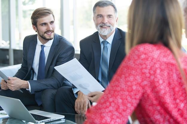 Konferencja przedsiębiorców i ludzi biznesu w nowoczesnej sali konferencyjnej