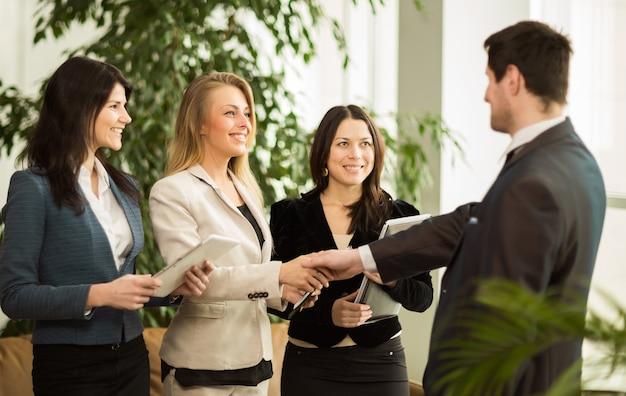 Konferencja przedsiębiorców. zawarcie bardzo ważnej dla firmy umowy.