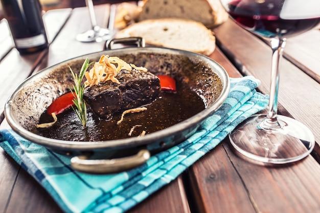 Konfitowany stek wołowy z sosem smażonym chlebem cebulowym czerwonym winem i deco