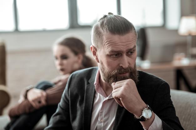 Konflikt rodzinny. dojrzały ojciec ze zmarszczkami na twarzy czuje się okropnie po rodzinnym konflikcie z nastoletnią córką