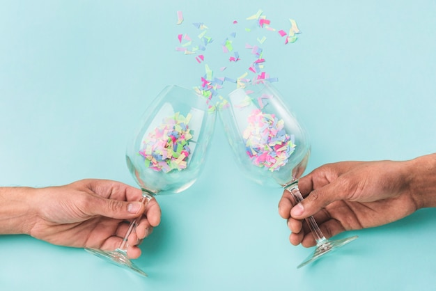 Konflikt szklanek szampana i konfetti