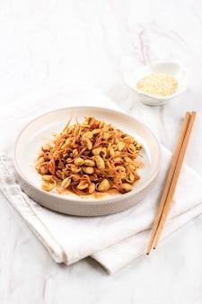 Kongnamul muchim, jeden różne pikantny koreański przystawka (banchan). kongnamul to kiełki fasoli mung.