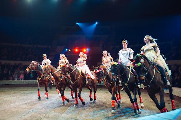 Konie w cyrku. przemów konie z trenerami na scenie cyrku.