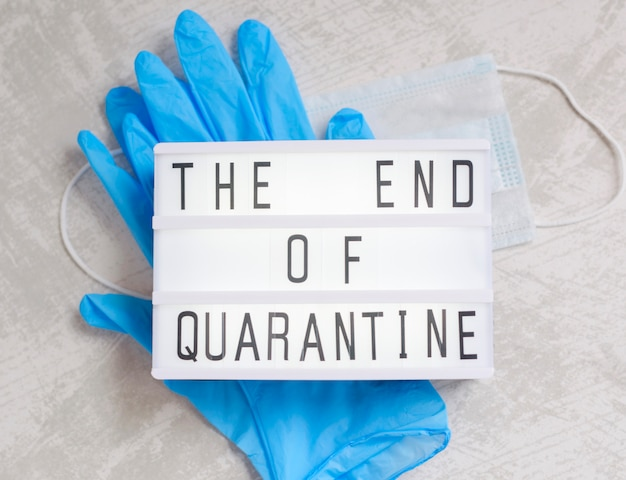 Koniec tekstu i tekst kwarantanny, rękawiczki medyczne i maska ochronna