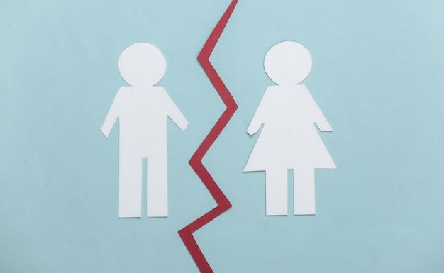 Koniec związku. podziel papierowego mężczyznę i kobietę na niebiesko