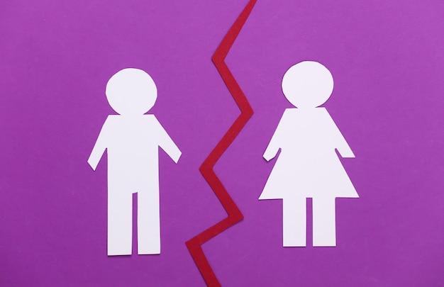 Koniec związku, rozwód. podziel papierowego mężczyznę i kobietę na fioletowo