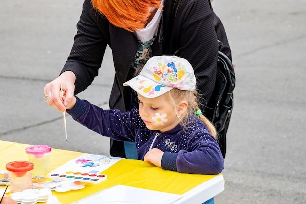 Konkurs, dzieci malują na festiwalu