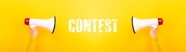 Konkurs na megafony i napisy na żółtym tle, zdjęcie panoramiczne