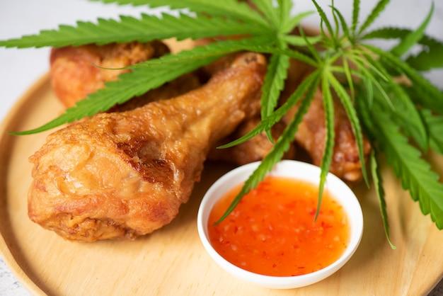 Konopie indyjskie jedzenie natura zioła koncepcja, smażone udko z kurczaka na talerzu