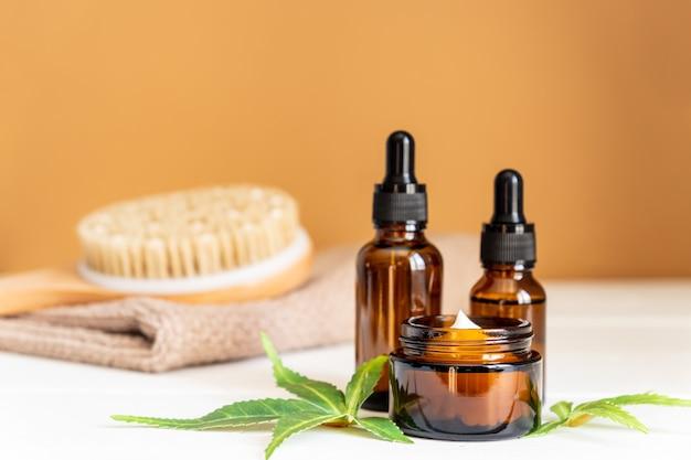 Konopie indyjskie serum do twarzy lub koncepcja zakraplacza oleju